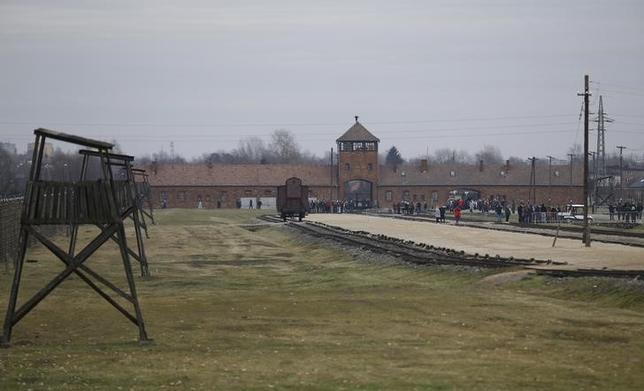 2月13日、ポーランドは、南部アウシュビッツ強制収容所などを「ポーランドの死の収容所」と表現することに対し罰則を設ける見通しだ。写真は旧収容所の周辺、1月撮影(2016年 ロイター/Kacper Pempel)