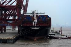 Las exportaciones chinas cayeron un 11,2 por ciento en enero respecto al mismo mes del año anterior y las importaciones bajaron un 18,8 por ciento, ambas mucho más que lo previsto, lo que aumenta la presión sobre las autoridades para que adopten nuevas medidas que permitan frenar la desaceleración de la economía. En la foto, un buqie de cargo en el Puerto de Zhoushan el 14 de febrero de 2016. REUTERS/Stringer