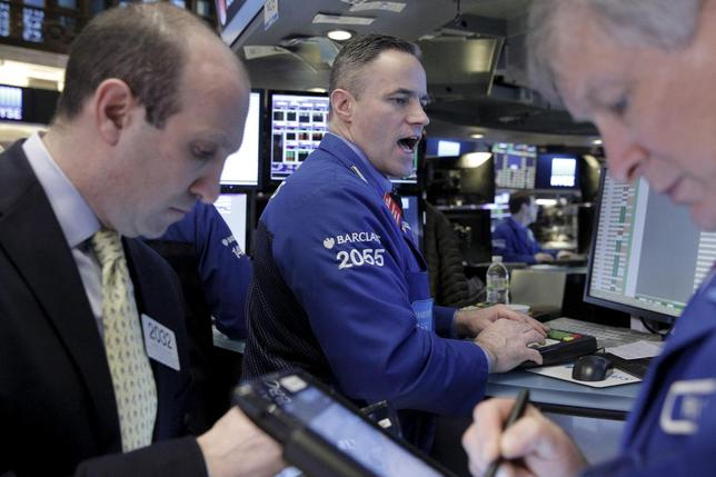 2月12日、米企業の決算発表が進むにつれ、全体の利益見通しが改善するのがこれまでの一般的な傾向だったが、今回は異なるようだ。アナリストらは2016年上期の売上高・利益見通しを相変わらず引き下げている。ニューヨーク証券取引所で撮影(2016年 ロイター/Brendan McDermid)