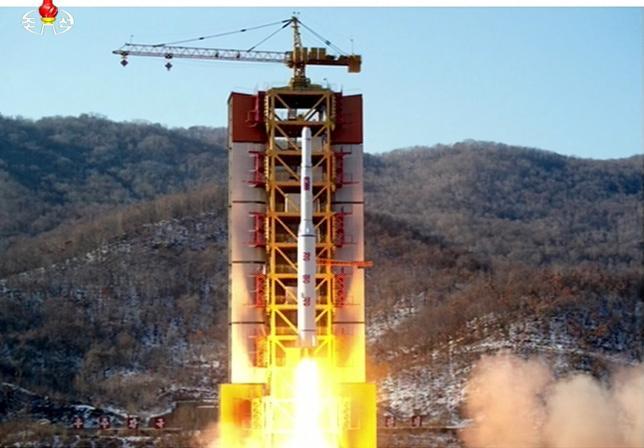 2月15日、中国外務省は、北朝鮮が実施した事実上の長距離弾道ミサイル発射(写真)により緊張が高まっていることを受け、米国と北朝鮮に対し、問題解決に向けた直接対話を実施するよう求めた。提供写真(2016年 ロイター/Yonhap)