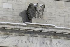 """La estatua de un águila adornando el frontis de la Reserva Federal en Washington, ene 26, 2016. El sendero del """"trazado de puntos"""" de la Reserva Federal de Estados Unidos se ha desprendido cada vez más de las proyecciones de los mercados financieros para las tasas de interés y genera riesgos de enviar una mensaje excesivamente estricto que podría socavar la credibilidad del banco central.  REUTERS/Jonathan Ernst"""