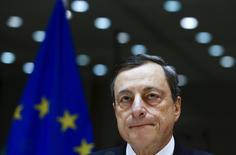 El presidente del Banco Central Europeo, Mario Draghi testifica ante el Comité de Asuntos Monetarios y Económicos del Parlamento Europeo, en Bruselas, Bélgica. 15 de febrero de 2016. El Banco Central Europeo (BCE) está dispuesto a aliviar su política monetaria en marzo si las turbulencias del mercado financiero o el efecto de los bajos precios de la energía reducen las expectativas de inflación, dijo el lunes el presidente de la entidad, Mario Draghi. REUTERS/Yves Herman