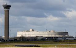 Le terminal 1 de l'aéroport de Paris-Charles-de-Gaulle à Roissy. Aéroports de Paris (ADP) a enregistré une hausse de 0,9% de son trafic passagers au cours du mois de janvier, avec un total de 6,8 millions de passagers. /Photo prise le 15 février 2016/REUTERS/Jacky Naegelen