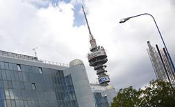 Telecom Italia annonce une accélération de ses investissements dans les réseaux fixes et mobiles en Italie, où il s'attend à renouer avec une croissance de son bénéfice brut à partir de 2017. L'opérateur italien prévoit parallèlement de ralentir son désendettement après avoir fait état d'une chute de 20% de son bénéfice brut en 2015. /Photo d'archives/REUTERS/Max Rossi