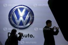 Volkswagen espère une hausse de ses ventes en Chine en ligne avec la croissance du marché cette année et envisage par ailleurs une alliance avec le constructeur local JAC Motors, qui deviendrait son troisième partenaire dans le pays. /Photo d'archives/REUTERS/Aly Song