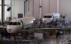 Funcionários trabalham na montagem de jatos Embraer Legacy 500 em São José dos Campos. 23/09/2015 REUTERS/Roosevelt Cassio
