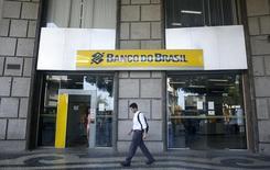 Una sucursal del Banco do Brasil, en el centro de Río de Janeiro, 16 de diciembre de 2014. Bancos controlados por el Estado brasileño podrían convertir préstamos a Petrobras estimados en 87.000 millones de reales (22.000 millones de dólares) en acciones, dijeron analistas de Banco BTG Pactual, mientras aumenta la especulación por un posible rescate del Gobierno a la endeudada compañía petrolera. REUTERS/Pilar Olivares