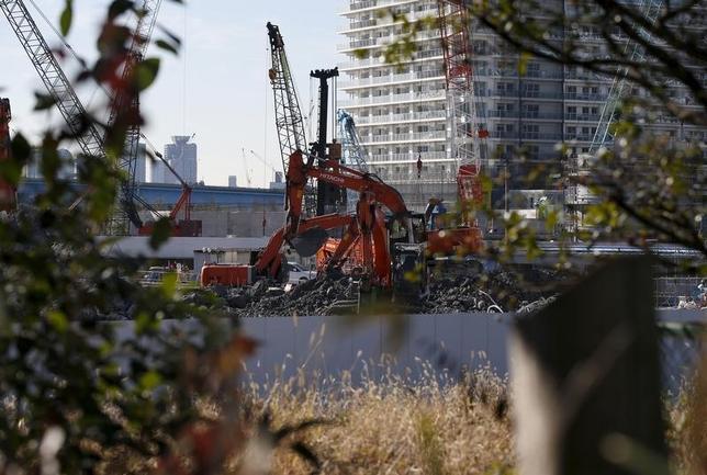 2月17日、内閣府が発表した12月機械受注統計によると、設備投資の先行指標である船舶・電力を除いた民需の受注額(季節調整値)は、前月比4.2%増の8066億円となった。都内で先月撮影(2016年 ロイター/Toru Hanai)