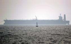 Irán continuará aumentando su producción de petróleo hasta que alcance el nivel de bombeo que tenía antes de que le impusieran sanciones internacionales por su programa nuclear, dijo el miércoles un funcionario iraní de alto rango al diario Shargh. En la imagen de archivo, un carguero en el puerto iraní de Assaluyeh. REUTERS/Morteza Nikoubazl/Files