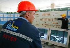Работник Казатомпрома в центре управления урановым рудником на юге Казахстана. 11 мая 2006 года. Казахстанская госкомпания Казатомпром, один из крупнейших в мире производителей урана, создаст трейдинговую фирму, которая будет заниматься продажами урана на спотовом рынке, сообщила компания в среду. REUTERS/STR New