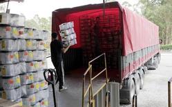 Caminhão é carregado com caixas na Jamo Equipamentos, em Jaraguá do Sul, Santa Catarina. 20/10/2015 REUTERS/Paulo Prada