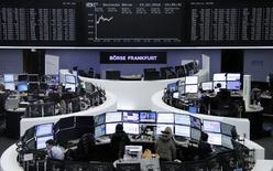 Operadores trabajando en la Bolsa de Fráncfort, Alemania, 15 de febrero de 2016. Las bolsas europeas subían el miércoles, impulsadas por unos resultados de Credit Agricole y Schneider Electric que fueron bien recibidos por los inversores. REUTERS/Staff