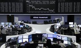Las bolsas europeas retrocedían el jueves a media mañana tras tocar inicialmente sus niveles más altos en dos semanas al deshacerse posiciones por el anuncio de una serie de resultados decepcionantes. En la imagen, operadores en la Bolsa de Fráncfort, el 16 de febrero de 2016. REUTERS/Staff/remote
