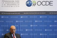 La OCDE echó el jueves un jarro de agua fría sobre cualquier esperanza de un repunte en el crecimiento económico global este año, recortando sus previsiones para Estados Unidos, Europa y Brasil e instando a los líderes mundiales a actuar colectivamente para fortalecer la demanda. En la imagen de archivo, el secretario general del a OCDE, Ángel Gurría, durante una rueda de prensa en Ciudad de México, el 8 de enero de 2015. REUTERS/Edgard Garrido