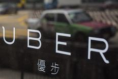 Uber Technologies perd plus d'un milliard de dollars chaque année en Chine, où il est engagé dans une guerre des prix effrénée avec son concurrent local Didi Kuaidi. /Photo d'archives/REUTERS/Tyrone Siu