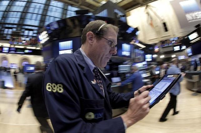 2月18日、米国株式市場は反落。小売りのウォルマート・ストアーズの下げが響いたほか、過去3営業日の相場上昇を受けた利益確定の売りに押された。ニューヨーク証券取引所で17日撮影(2016年 ロイター/Brendan McDermid)