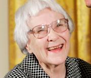 Foto de archivo de la novelista Harper Lee antes de ser premiada con la Medalla de la Libertad, en la Casa Blanca, Washington. 5 de noviembre de 2007.  REUTERS/Larry Downing