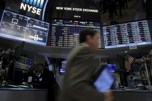 2月19日、米国株式市場はまちまちで取引を終えた。写真はニューヨーク証券取引所で同日撮影(2016年 ロイター/Brendan McDermid)