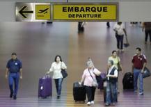 Пассажиры в аэропорту имени Симона Боливара близ Каракаса. 23 сентября 2013 года. Количество бронирований авиабилетов в страны Латинской Америки и Карибского бассейна снизилось после того, как американское ведомство посоветовало беременным женщинам отказаться от поездок в районы распространения вируса Зика, сообщила в пятницу аналитическая компания ForwardKeys. REUTERS/Carlos Garcia Rawlins