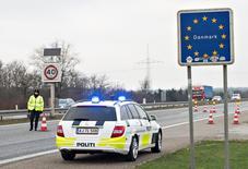 La fin de l'espace Schengen coûterait à l'Union européenne dans le pire des cas 1.400 milliards d'euros au cours des dix prochaines années, à en croire une étude de la Fondation allemande Bertelsmann, rendue publique lundi. Au minimum, si l'on estime que les prix à l'import n'augmentent que de 1%, l'étude montre que l'éclatement de l'espace Schengen coûterait à l'UE dans les 470 milliards d'euros durant les dix années à venir. /Photo prise le 4 janvier 2016/REUTERS/Claus Fisker/Scanpix Denmark