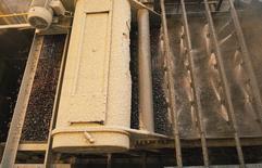Imagen de archivo de una máquina ordenando oro en la mina Pueblo Viejo de Barrick Gold en Cotuí, República Dominicana, dic 11, 2013. Barrick Gold Corp, la mayor minera de oro del mundo, estimó una inversión de unos 2.000 millones de dólares si decide proceder con sus proyectos en Nevada, Estados Unidos, y Perú.   REUTERS/Ricardo Rojas