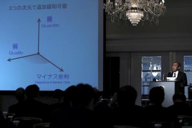 2月23日、東大の渡辺努教授は、日銀のマイナス金利政策は、現金の利便性が高い日本では、預金から現金への流出が起きると効果が減じると説明した。写真はマイナス金利政策を説明する黒田日銀総裁、都内で3日撮影(2016年 ロイター/Yuya Shino)
