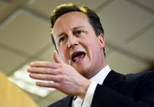 En la imagen de archivo, el primer ministro británico, David Cameron, se dirige a los medios de comunicación después de una cumbre de líderes de la Unión Europea en Bruselas. Los jefes de un tercio de las principales empresas británicas advirtieron el martes que una salida de la Unión Europea pondría en riesgo su economía y amenazaría el empleo.  REUTERS/Dylan Martinez