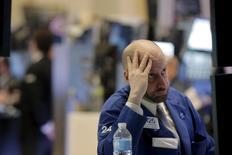 Un operador trabajando en la bolsa de Wall Street en Nueva York, feb 23, 2016. Las acciones bajaban el martes en la bolsa de Nueva York en consonancia con un nuevo declive de los precios del petróleo, apagando otro incipiente repunte en el que ha sido hasta ahora un turbulento año para los mercados.  REUTERS/Brendan McDermid