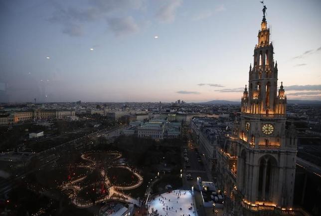 2月23日、米コンサルティング会社マーサーがまとめた2016年の「世界生活環境調査・都市ランキング」で、オーストリアの首都ウィーンが7年連続で世界で最も生活の質が高い都市となった。写真は昨年3月撮影のウィーン市庁舎付近のようす(2016年 ロイター/Leonhard Foeger)