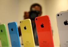 Le bras de fer entre Apple et le département américain de la Justice sur le cryptage des données, quelle qu'en soit l'issue, amènera sans doute les entreprises des nouvelles technologies à renforcer la protection de leurs systèmes face aux velléités d'intrusion de l'Etat. /Photo d'archives/REUTERS/Stephen Lam