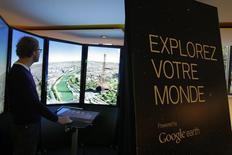 """Вид на Париж из штаб-квартиры Google 6 декабря 2011 года. The slogan reads """"Explore your world"""". Франция требует от американского интернет-гиганта Google, критикуемого за свои агрессивные схемы оптимизации налогов, выплаты 1,6 миллиарда евро ($1,76 миллиарда) налоговой задолженности, сообщил в среду источник в министерстве финансов. REUTERS/Jacques Brinon/Pool"""