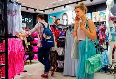 Harmonisés aux normes européennes (IPCH), les prix de détail en Allemagne du mois de janvier ont augmenté de 0,4% sur un an et baissé de 1,0% sur un mois, selon les statistiques définitives de Destatis. /Photo d'archives/REUTERS/Thomas Peter