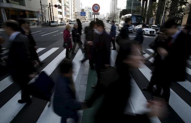 2月25日、政府は2月の月例経済報告で、国内景気の総括判断は据え置いたが、米国とユーロ圏について見方を弱めた。写真は都内で19日撮影(2016年 ロイター/Yuya Shino)