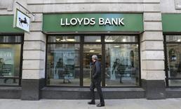Lloyds Banking Group annonce jeudi que ses actionnaires recevront un dividende spécial de 0,5 pence par action, la banque montrant ainsi qu'elle a tiré un trait sur la crise financière. /Photo d'archives/REUTERS/Paul Hackett