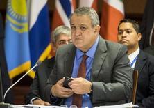 Imagen de archivo del ministro de petróleo de Venezuela, Eulogio Del Pino, en una cumbre energética en Teherán, nov 21, 2015. Arabia Saudita, Rusia, Qatar y Venezuela acordaron una reunión para mediados de marzo con productores dentro y fuera de la OPEP, buscando respaldo al acuerdo alcanzado este mes para congelar el bombeo, dijo el jueves el ministro de Petróleo del país sudamericano.   REUTERS/Raheb Homavandi/TIMA   IMAGEN SOLO PARA USO EDITORIAL