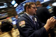 Foto de archivo de un operador en la Bolsa de Nueva York. Feb 24, 2016. Las acciones avanzaron el jueves en Wall Street porque el alza de los precios del petróleo aplacó los temores a que los bancos podrían resultar golpeados por una mayor morosidad en deudas, y porque varios inversores vieron oportunidades tras semanas de volatilidad en el mercado. REUTERS/Brendan McDermid