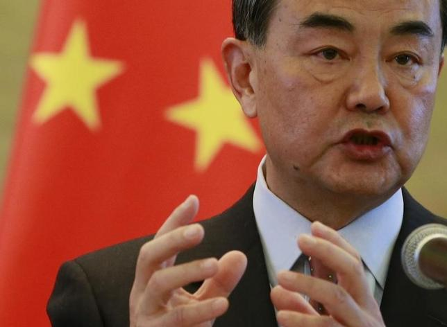 2月26日、中国の王毅外相(写真)は、訪問先のワシントンで、台湾総統に選出された蔡英文氏は台湾も中国本土も「一つの中国」の一部とする台湾の憲法を尊重しなければならない、と述べた。写真は北京で17日撮影(2016年 ロイター/Kim Kyung Hoon)