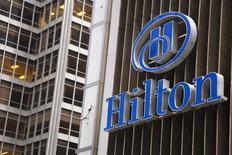 Hilton est une valeur à suivre vendredi à Wall Street et prend 8% en avant-Bourse. Le groupe hôtelier a annoncé sa scission en trois sociétés distinctes via la création de deux nouvelles entités cotées en Bourse, l'une reprenant l'essentiel des actifs immobiliers du groupe, l'autre regroupant les résidences en multipropriété. /Photo d'archives/REUTERS/Andrew Kelly