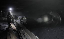 """Горняки на шахте Комсомольская в Воркуте 2 сентября 2014 года. Жертвами повторного взрыва на шахте """"Северная"""" в Воркуте, где под завалами находятся 26 человек, стали шестеро, включая пятерых спасателей, сообщила представитель владельца шахты компании Северсталь в воскресенье. REUTERS/Eduard Korniyenko"""
