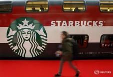 Логотип Starbucks на вагоне в Цюрихе 14 ноября 2013 года. Итальянский бизнесмен Антонио Перкасси откроет первый Starbucks в Милане в начале 2017 года, приведя крупнейшую в мире сеть кофеен на один из главных европейских рынков по объемам потребления кофе, сообщила Starbucks Corp в воскресенье. REUTERS/Arnd Wiegmann