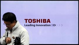 Мужчина проходит мимо логотипа Toshiba Corp в Токио 26 ноября 2015 года. Toshiba Corp собирается полностью продать подразделение медицинского оборудования Toshiba Medical Systems вместо контрольного пакета акций, сказали источники, знакомые с ситуацией, отметив, что стоимость сделки может превысить ранее прогнозируемые $3,5 миллиарда.  REUTERS/Toru Hanai