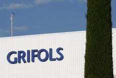 El fabricante de hemoderivados Grifols anunció el lunes una mejora del 13,2 por ciento de su beneficio neto a 530 millones de euros, apoyado en el crecimiento orgánico de sus ventas de plasma y en el cambio favorable del dólar.  En la imagen de archivo, el logo de Grifols en un laboratorio de Parets del Valles, cerca de Barcelona, el 8 de junio de 2010. REUTERS/Gustau Nacarino