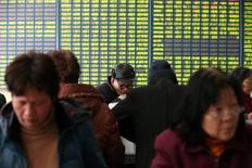 El banco central chino redujo las exigencias de reservas de efectivo que deben tener los bancos por quinta vez desde febrero de 2015, como parte de sus intentos por reactivar una economía en ralentización. En la imagen, unos inversores comprueban información bursátil en una correduría en  Nantong, en la provincia china de Jiangsu, el 25 de febrero de 2016. REUTERS/China Daily
