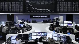 Las bolsas europeas cayeron el lunes, pero se alejaron de los mínimos anteriores debido a la decisión de China de reanudar su ciclo de alivio bancario, que compensó en parte la decepción por la reunión del G20 que no logró acordar nuevas medidas para impulsar el crecimiento.  En la imagen, operadores trabajan en sus mesas delante del índice alemán de precios, DAX, en la bolsa de Fráncfort, Alemania, el 24 de febrero de 2016.     REUTERS/Staff/Remote