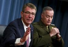 Ash Carter e o general Joseph Dunford concedem entrevista no Pentágono. 29/2/2016. REUTERS/Yuri Gripas
