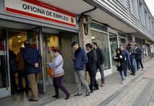 La tasa de desempleo en la zona euro cayó por tercer mes consecutivo en enero, en contra de las expectativas del mercado que esperaba una lectura sin cambios, y tocando el nivel más bajo desde agosto de 2011. En la imagen, gente entra en una oficina de empleo en Madrid, España, el 28 de enero de 2016. REUTERS/Andrea Comas