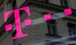 Selon deux sources, Deutsche Telekom a gelé le projet de vente de sa filiale américaine T-Mobile US, l'approche des enchères pour de nouvelles fréquences aux Etats-Unis et le contexte politique étant peu favorables. /Photo prise le 25 février 2016/REUTERS/Leonhard Foeger