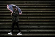 Las acciones subían el martes en la apertura en la bolsa de Nueva York, ayudadas por unos precios del petróleo que se aferraban a las ganancias registradas en las últimas sesiones. Una turista pasea por las escaleras situadas frente a la Bolsa de Nueva York, en Manhattan, Nueva York, el 24 de febrero de 2016. REUTERS/Brendan McDermid