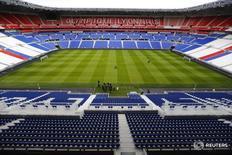 Вид на поле стадиона в Лионе 3 февраля 2016 года. Матчи чемпионата Европы по футболу 2016 года во Франции могут быть перенесены или пройти без зрителей, если службы безопасности сообщат об угрозе атак, сказал чиновник УЕФА в среду.  REUTERS/Pawel Kopczynski