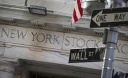 Las acciones caían el miércoles en la apertura de Wall Street, arrastradas por un descenso de los precios del petróleo tras datos que mostraron que las existencias de crudo en Estados Unidos tocaron máximos históricos. En la imagen, la bolsa de Nueva York, situada al sur de Manhattan, el 13 de agosto de 2015. REUTERS/Brendan McDermid